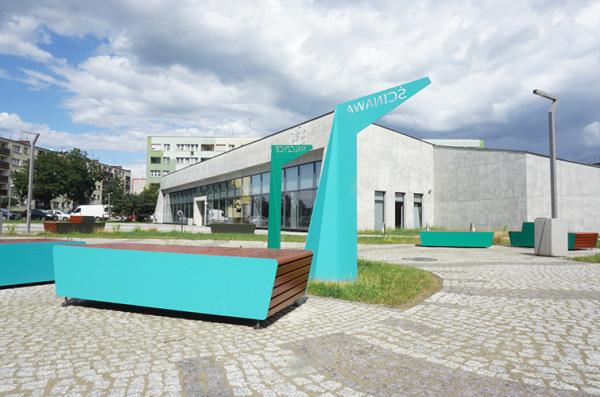 nowoczesne meble miejskie przy bibliotece Tama w Brzegu Dolnym
